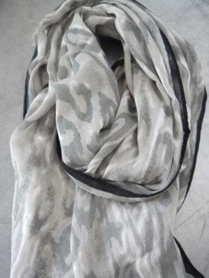 Scarf camouflage grå vit. Besök blickfång.se
