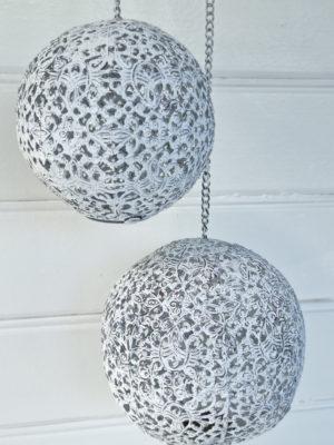 Vitt hängklot i metall till ljus. Besök blickfång.se