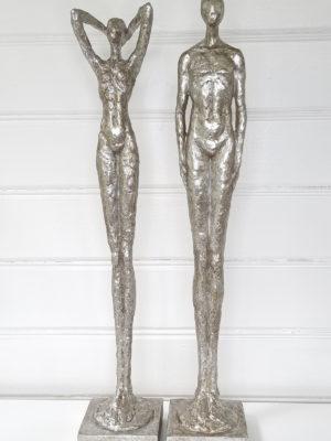 Man kvinna figurer i silver. Besök Blickfång.se