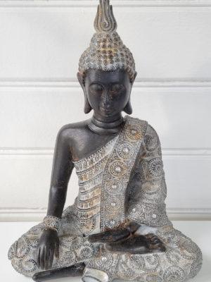 Sittande brun buddha figur. Besök blickfång.se
